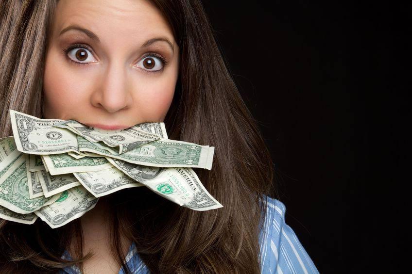 Строит отношения на деньгах